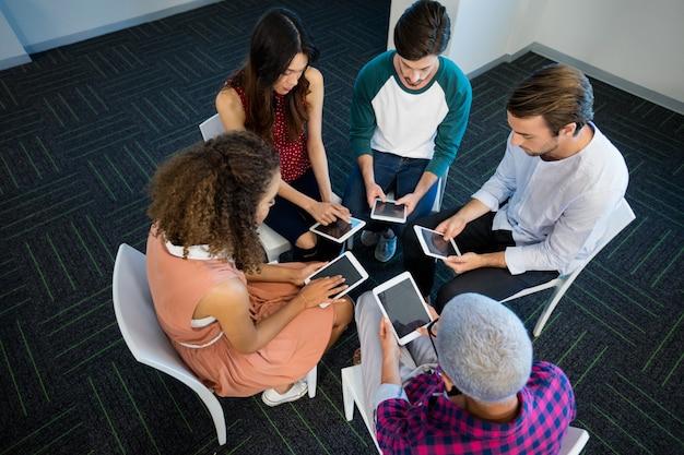 Equipo de negocios creativos con tableta digital en la oficina