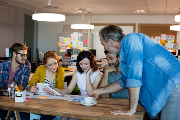 Equipo de negocios creativos tener una reunión en el escritorio en la oficina