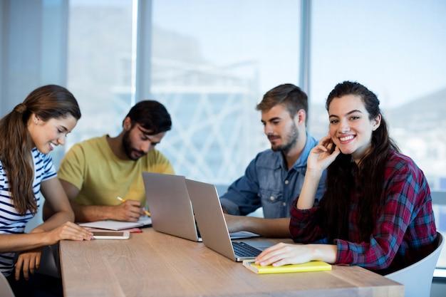 Equipo de negocios creativos trabajando juntos en la oficina