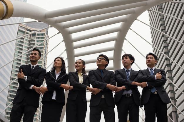 Equipo de negocios se dan la mano en la ciudad