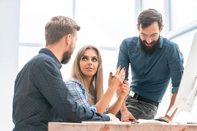 Equipo de negocios discutiendo horarios financieros en la reunión de trabajo