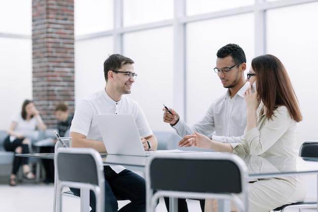 Equipo de negocios discutiendo ideas para una nueva presentación. entre semana en la oficina