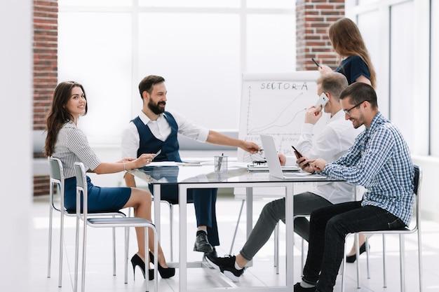 Equipo de negocios discutiendo ideas para una nueva presentación.