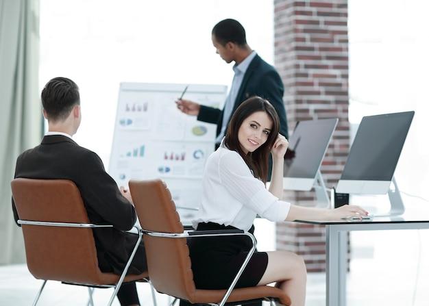 Equipo de negocios discutiendo una nueva vida de oficina de proyecto empresarial