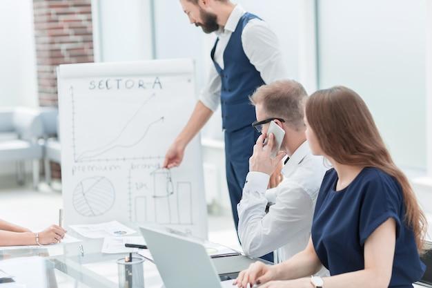 Equipo de negocios discutiendo nuevas oportunidades en la reunión en la oficina entre semana.