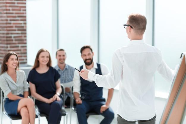 Equipo de negocios discutiendo un nuevo plan de negocios en una reunión en la oficina.