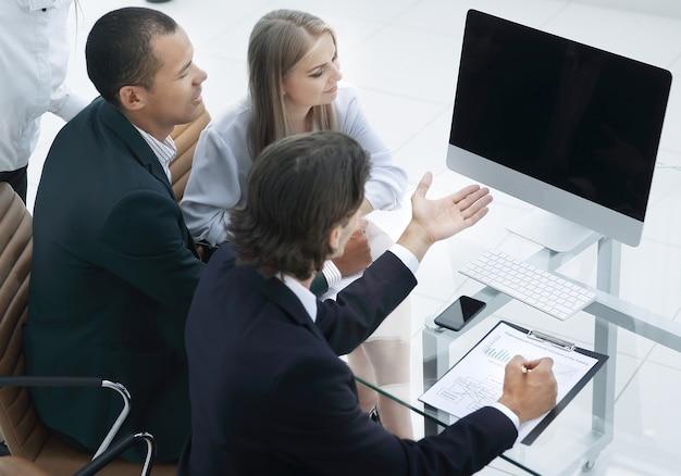 Equipo de negocios discutiendo un nuevo plan de negocios