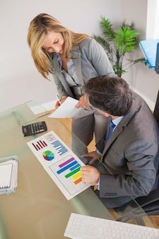 Equipo de negocios discutiendo en una oficina