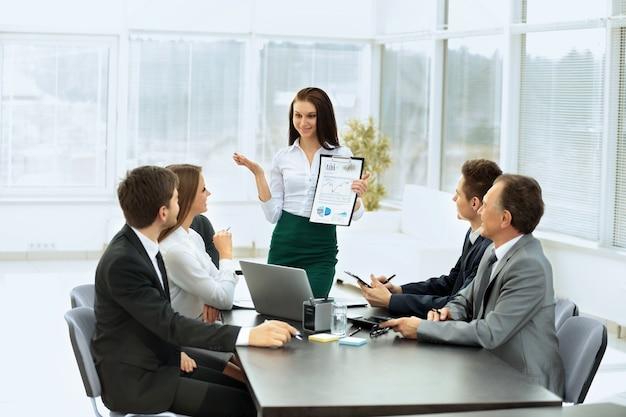 Equipo de negocios discutiendo el plan de trabajo