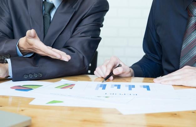Equipo de negocios discutiendo sus ideas en el cargo.