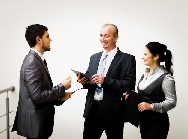 Equipo de negocios discutiendo los últimos resultados financieros.