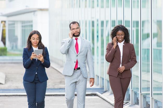 Equipo de negocios efectivo usando gadgets