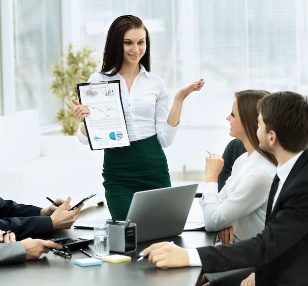 Equipo de negocios exitoso discutiendo el plan de trabajo en el trabajo