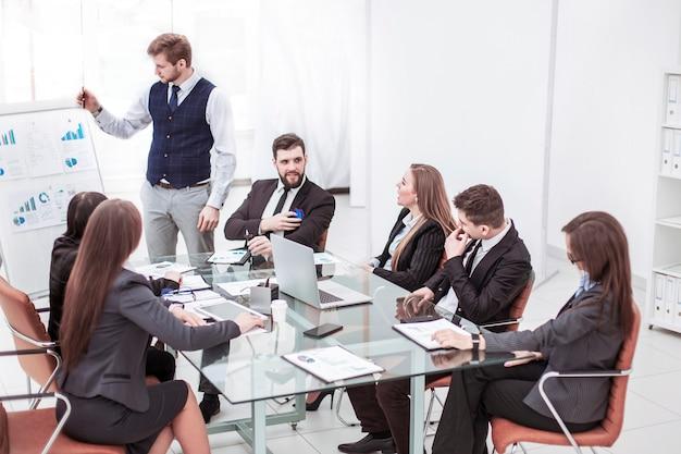 Equipo de negocios exitoso discutiendo la presentación de un nuevo proyecto financiero en un lugar de trabajo en una oficina moderna