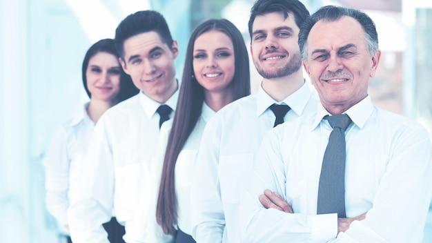 Equipo de negocios exitoso en el fondo de la oficina moderna y luminosa