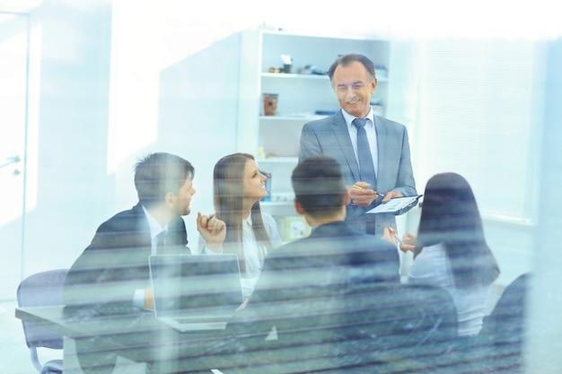 Equipo de negocios exitoso en una reunión