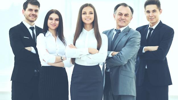 Equipo de negocios exitoso sobre un fondo de oficina moderna y luminosa
