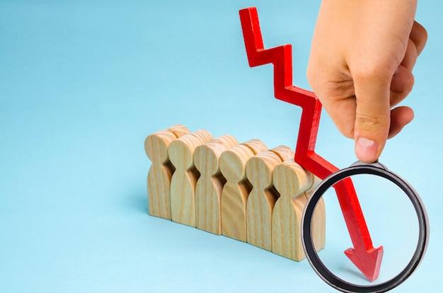 Equipo de negocios y flecha roja hacia abajo. baja oferta de personal cualificado en el mercado laboral.