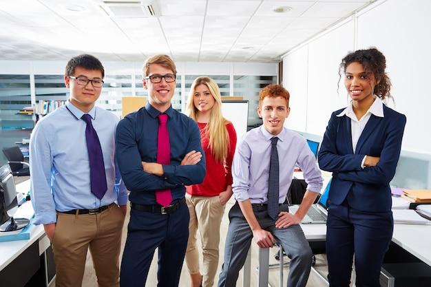 Equipo de negocios gente joven de pie multiétnica