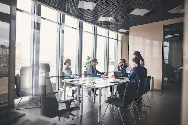 Equipo de negocios y gerente en una reunión