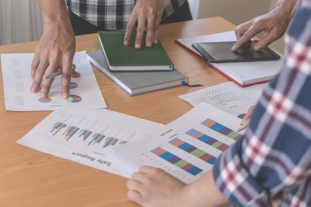 Equipo de negocios informal está discutiendo sobre informe financiero