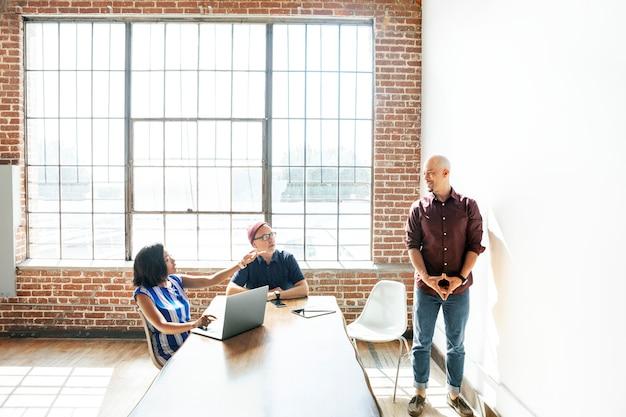 Equipo de negocios informal trabajando en un proyecto