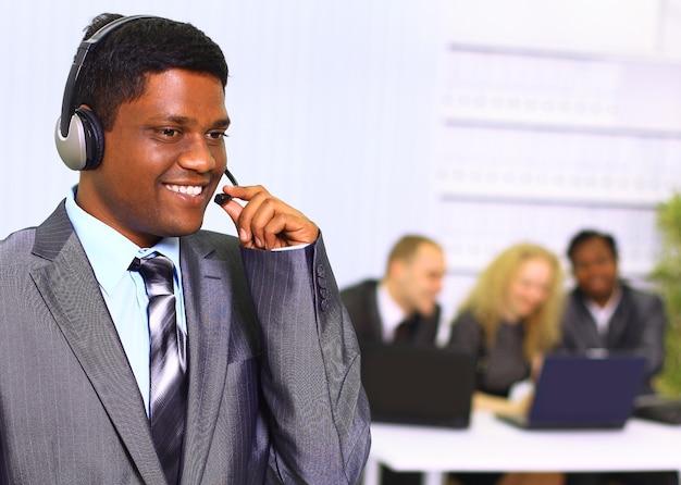 Equipo de negocios interracial trabajando en equipo portátil en una oficina moderna