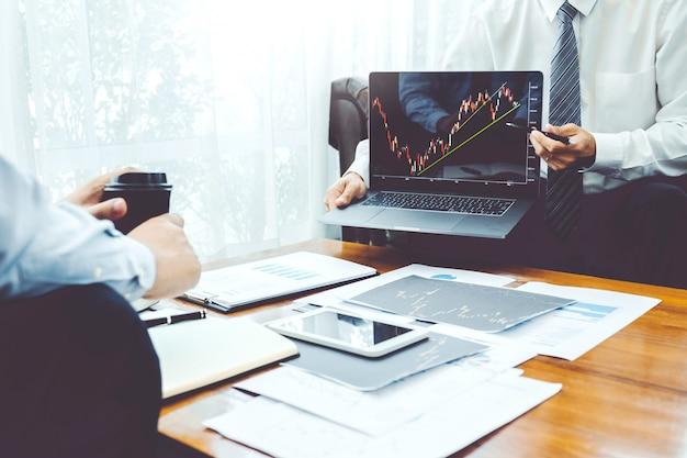Equipo de negocios inversión emprendedor comercio discutiendo y analizando gráfico bursátil