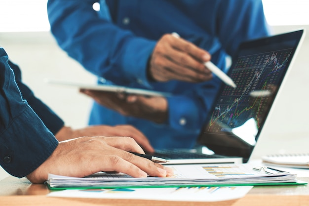 Equipo de negocios inversión empresario análisis gráfico mercado bursátil, concepto gráfico de acciones