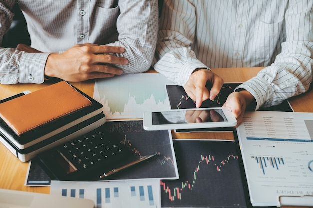 Equipo de negocios inversión empresario emprender y analizar el gráfico del mercado de valores comercial, concepto de gráfico de cotizaciones