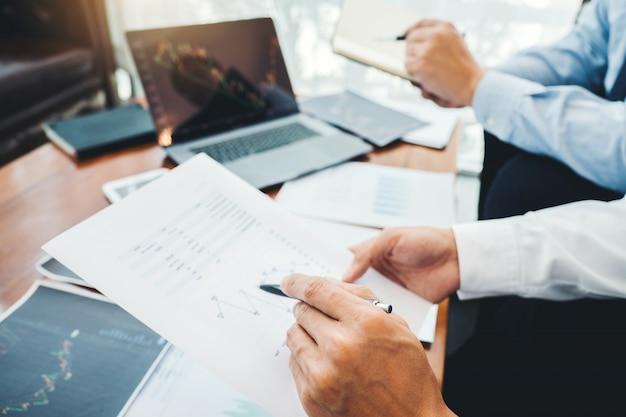 Equipo de negocios inversión empresario negociación discutiendo y analizando gráfico de bolsa