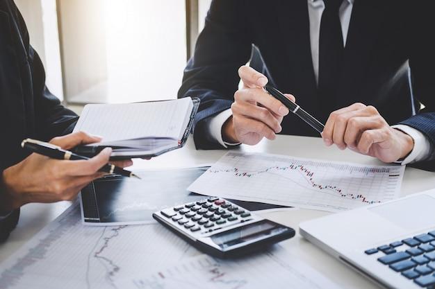 Equipo de negocios inversión de trabajo y análisis gráfico mercado de valores de negociación