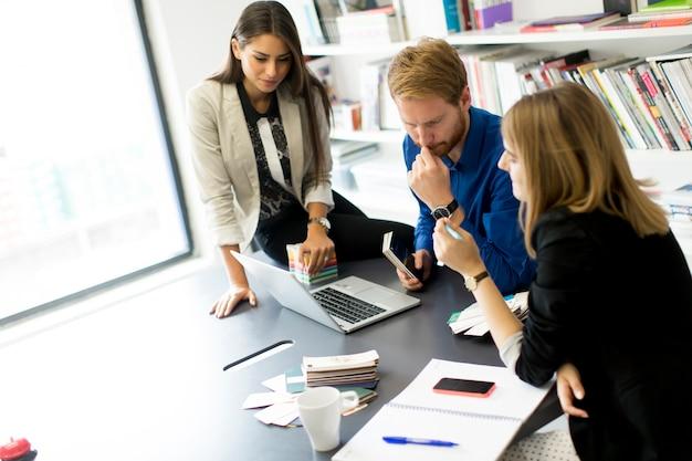 Equipo de negocios joven que trabaja en una oficina moderna