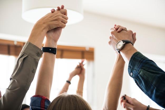 Equipo de negocios levantando sus manos para celebrar