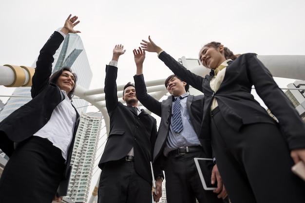 Equipo de negocios levantar manos. proyecto completo