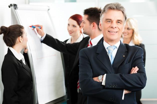 Equipo de negocios con líder en oficina