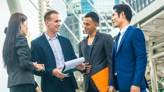 Equipo de negocios multi internacionalidad personas hombre inteligente y mujer hablar y presentar el proyecto