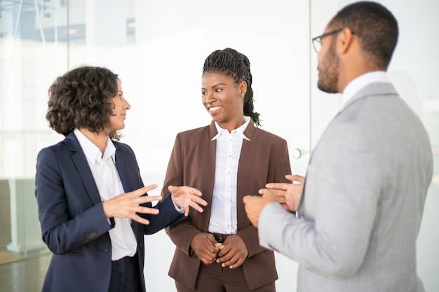 Equipo de negocios multiétnico discutiendo proyecto