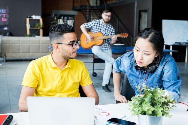 Equipo de negocios multiétnico discutiendo el trabajo en la oficina