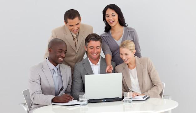 Equipo de negocios multiétnico estudiando cifras de ventas