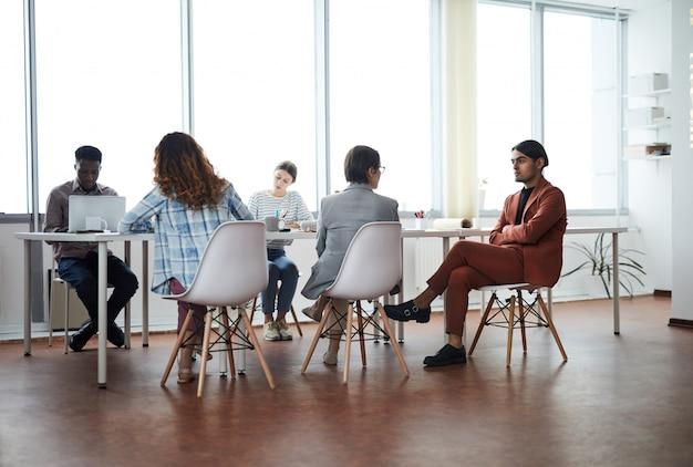 Equipo de negocios en la oficina moderna