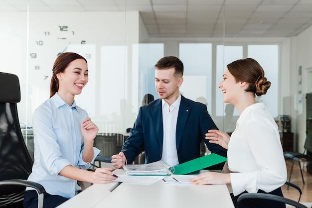 Equipo de negocios de personas de intercambio de ideas en la oficina