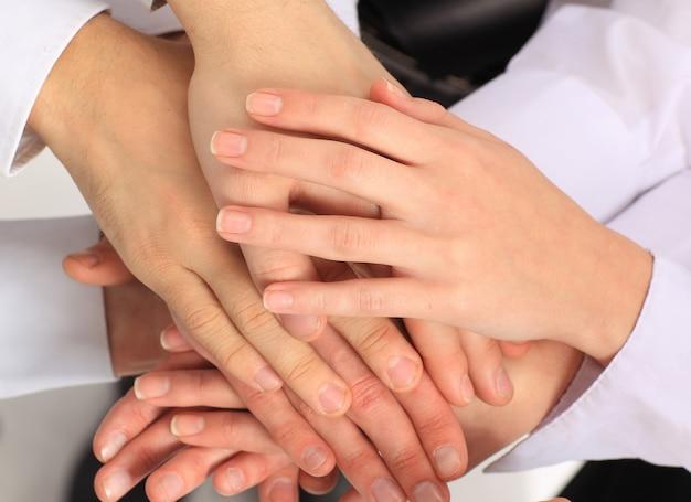 Equipo de negocios poniendo sus manos uno encima del otro