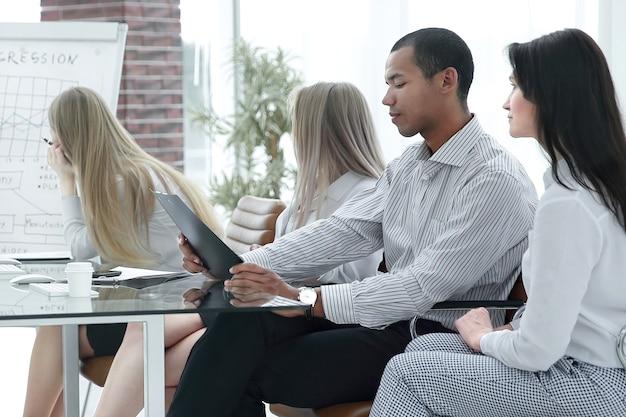 Equipo de negocios profesional discutiendo un cuadro financiero