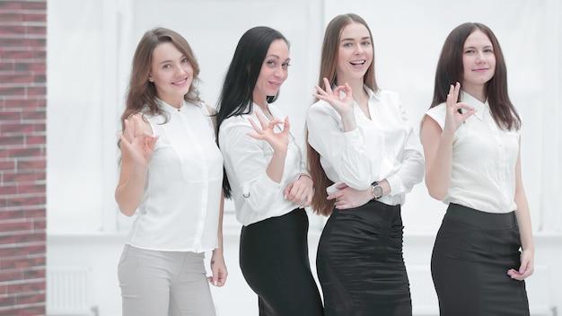 Equipo de negocios profesional que muestra el gesto está bien concepto de trabajo profesional.