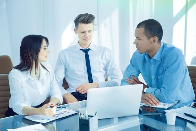 Equipo de negocios profesional que trabaja con documentos financieros.