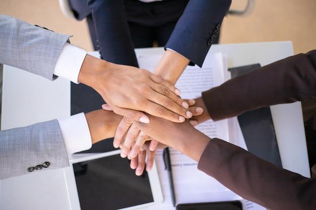 Equipo de negocios que muestra la unidad