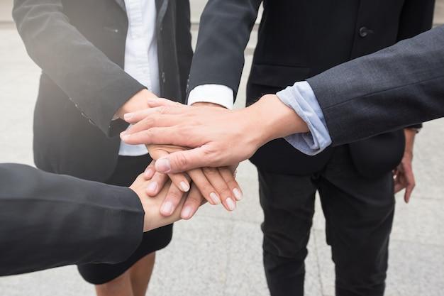Equipo de negocios se reúnen las manos