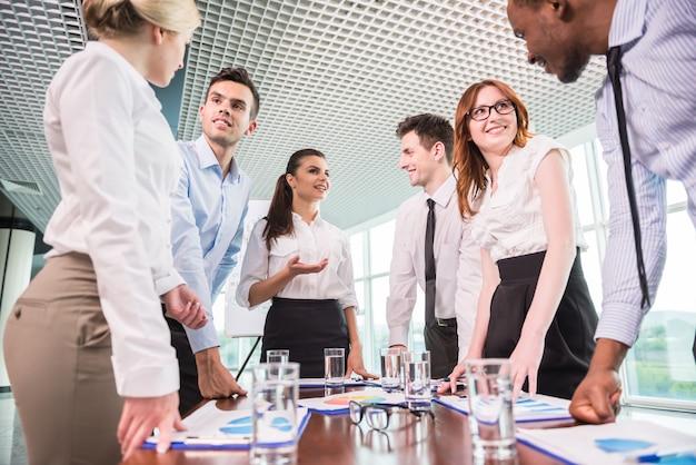 Equipo de negocios en una reunión en un entorno de oficina moderno.