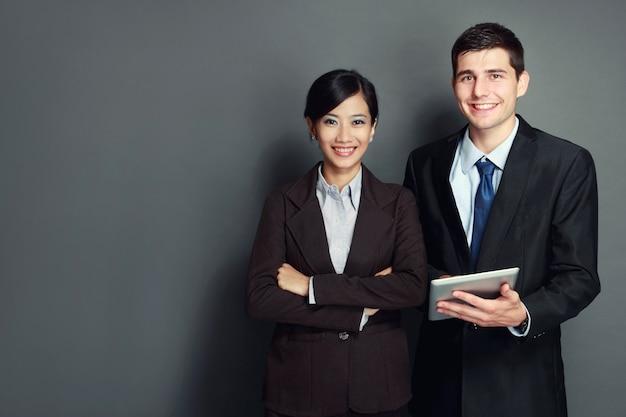 Equipo de negocios sonriente con tablet pc